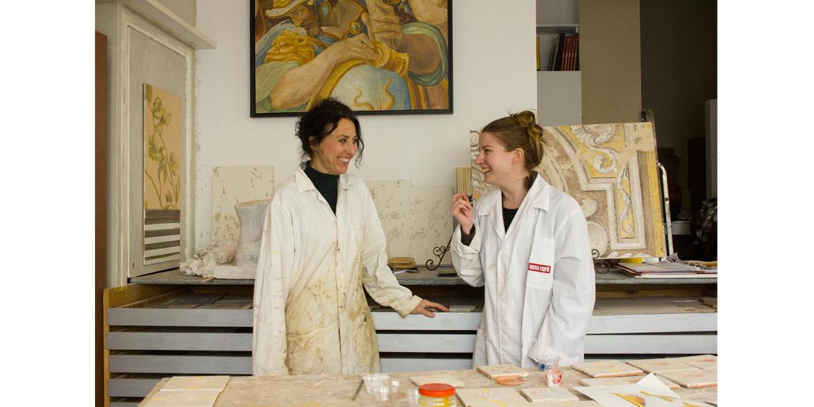 Ludivine Menu, lauréate des Prix de perfectionnement aux métiers d'art 2020, avec Mara Montessoro © Ateliers de Paris