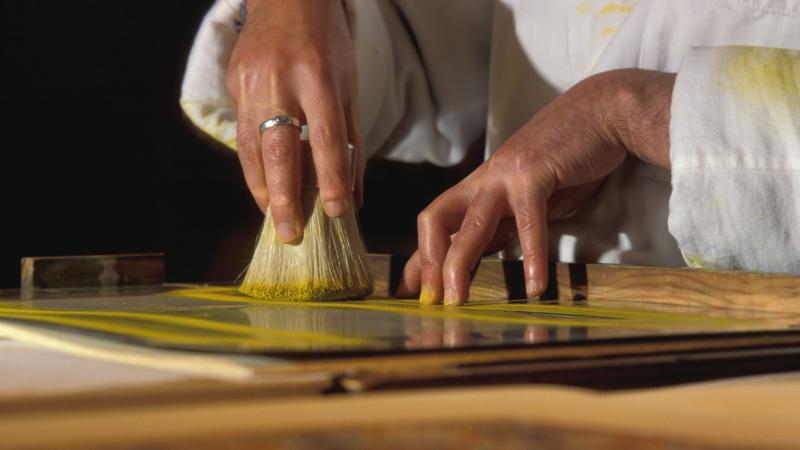 Mise en couleur d'un pochoir à la brosse-pompom © Richard Leray