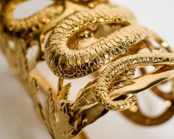 Le serpent qui danse, Bijou manchette